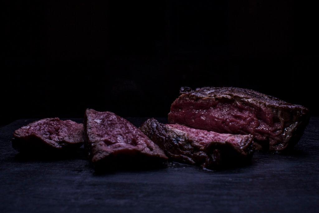Steak dunkel aufgeschnitten gebraten